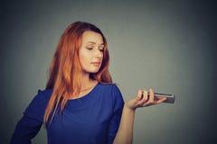 Frustrierte gestörte umgekippte Frau mit Handy lizenzfreie stockbilder