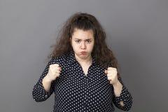 Frustrierte junge Frau, die für Frustration schmollt stockbild