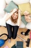 Frustrierte junge Frau, die Hausarbeit tut stockfotos