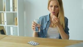 Frustrierte junge Frau, die Medizin nimmt stock video