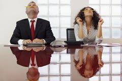 Frustrierte Kollegen, die an der Telefonkonferenz spielen Lizenzfreies Stockbild