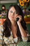 Frustrierte Latina-Frau am Telefon Stockbild