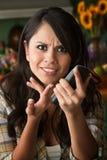 Frustrierte Latina-Frau am Telefon lizenzfreie stockfotos