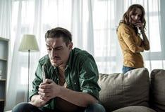 Frustrierte Paare, die schwangeren Zustand der Frau herausfinden Lizenzfreies Stockfoto