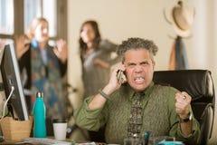 Frustrierte Professioneller beim Telefon-Anruf stockbild