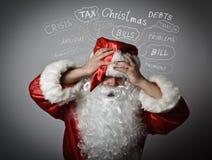 Frustrierte Santa Claus Weihnachten und viele Probleme Stockfotografie