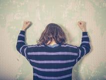 Frustrierte schlagende Wand der jungen Frau Lizenzfreie Stockfotografie