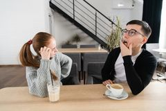 Frustrierte traurige Paare denken an Verhältnis-Probleme, durchdachte Paare nach Streit verloren in den Gedanken, umgekippte Lieb lizenzfreie stockbilder