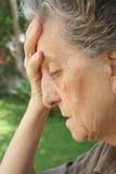 Frustrierte und enttäuschte alte Frau Stockfotos