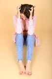 Frustrierte verärgerte deprimierte junge Frau, die das aufgeknöpfte Hemd zeigt ihr Spaltung trägt Stockfotos