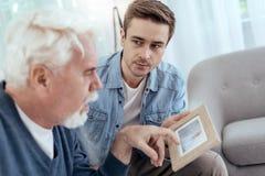 Frustrierter älterer Mann, der vorüber zurückruft lizenzfreie stockfotografie