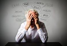 Frustrierter alter Mann im Weiß Viele Probleme lizenzfreies stockbild