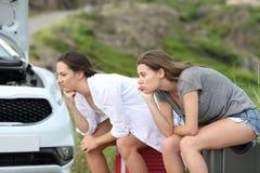 Frustrierter Autotreiber, der auf Unterstützung nach Zusammenbruch wartet lizenzfreies stockfoto