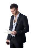 Frustrierter deprimierter Geschäftsmann, der Rechnungen betrachtet Stockfoto
