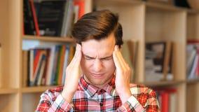 Frustrierter, deprimierter junger Mann in der Universität Lizenzfreie Stockbilder