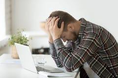 Frustrierter deprimierter Mann entsetzt durch on-line-Konkurs oder Vorrat d Lizenzfreie Stockfotografie