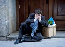 Frustrierter Geschäftsmann auf Straße feuerte das Bitten um Hilfe ab Stockfotos