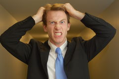 Frustrierter Geschäftsmann in der Halle Stockfoto