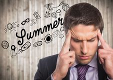 Frustrierter Geschäftsmann gegen Sommergekritzel und undeutliche Täfelung Stockbilder
