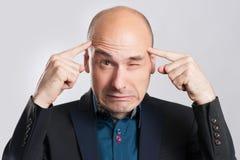 Frustrierter Geschäftsmann mit Kopfschmerzen Stockbilder