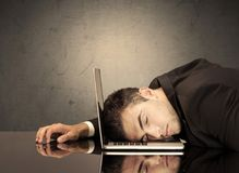 Frustrierter Geschäftsmann ` s Kopf auf Tastatur Lizenzfreie Stockfotografie