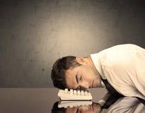 Frustrierter Geschäftsmann ` s Kopf auf Tastatur Lizenzfreie Stockfotos