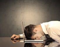Frustrierter Geschäftsmann ` s Kopf auf Tastatur Stockbild