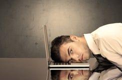 Frustrierter Geschäftsmann ` s Kopf auf Tastatur Stockfotografie