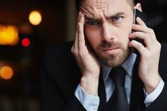 Frustrierter Geschäftsmann Speaking am Telefon Lizenzfreie Stockbilder