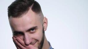 Frustrierter junger Mann auf Gefühlen eines Weißhintergrundes Konzept von Gefühlen stock video footage