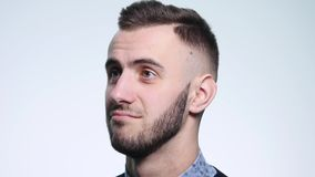 Frustrierter junger Mann auf Gefühlen eines Weißhintergrundes Konzept von Gefühlen stock footage