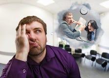 Frustrierter Mann denkt an das Kämpfen Stockfotos