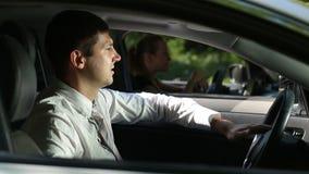Frustrierter Mann, der Auto am Stau fährt stock video