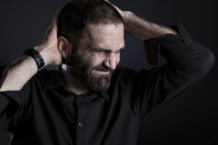 Frustrierter Mann, der elend und verzweifelt schaut Stockbild