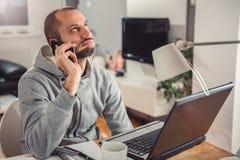 Frustrierter Mann, der am intelligenten Telefon spricht Lizenzfreies Stockfoto