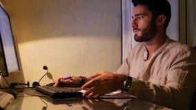 Frustrierter Mann verärgert mit defektem Computer stock video footage