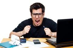 Frustrierter nerdy Buchhalter Lizenzfreie Stockfotografie