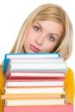 Frustrierter Studentenmädchen-Holdingstapel Bücher Stockbilder