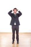Frustrierter und deprimierter Geschäftsmann mit den Kopfschmerzen, die sein h halten Lizenzfreie Stockfotos