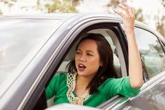 Frustrierter weiblicher asiatischer Fahrer in einem Auto lizenzfreies stockbild
