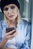 Frustriertes blondes weibliches druggie ist sehr einsam Stockbild
