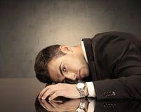 Frustriertes businessman& x27; s-Kopf auf Tastatur Lizenzfreie Stockfotografie