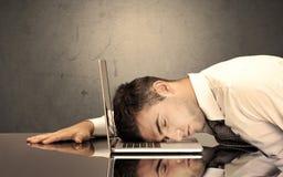 Frustriertes businessman& x27; s-Kopf auf Tastatur Stockbild