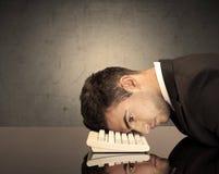 Frustriertes businessman& x27; s-Kopf auf Tastatur Stockfoto