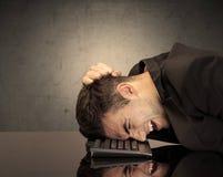Frustriertes businessman& x27; s-Kopf auf Tastatur Lizenzfreie Stockfotos