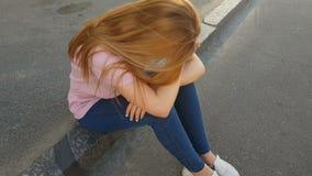 Frustriertes Mädchen, das auf Bürgersteig, Opfer des Taschendiebs schreiend in der Straße sitzt stock video