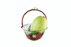 Fruta amarilla fresca del mango en las pequeñas cestas del regalo aisladas en blanco Fotos de archivo