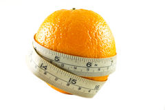 Fruta anaranjada con la cinta de la medida Imagenes de archivo