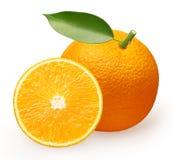 Fruta anaranjada con la hoja verde y mitad aisladas en blanco Imágenes de archivo libres de regalías