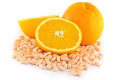 Fruta anaranjada con la tablilla de la vitamina C Fotografía de archivo